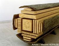 Oeuvre d'artiste complexe en bois reconstituant une grume